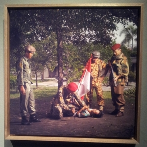 Nagespeelde arrestatie van een Indonesische onafhankelijkheidsstrijder op Soerabaja. Rubbim speelt de rol van Raymond Westerling.