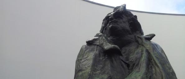 Rodins beeld van Balzac in Het Oog, de patio van het Van Abbemuseum in Eindhoven.