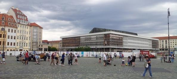De Neumarkt in Dresden met op de achtergrond het Kulturpalast dat momenteel wordt verbouwd.