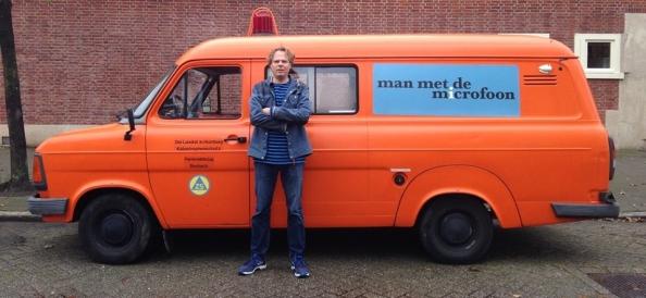 Chris_Bajema_voor_man_met_de_microfoon_bus